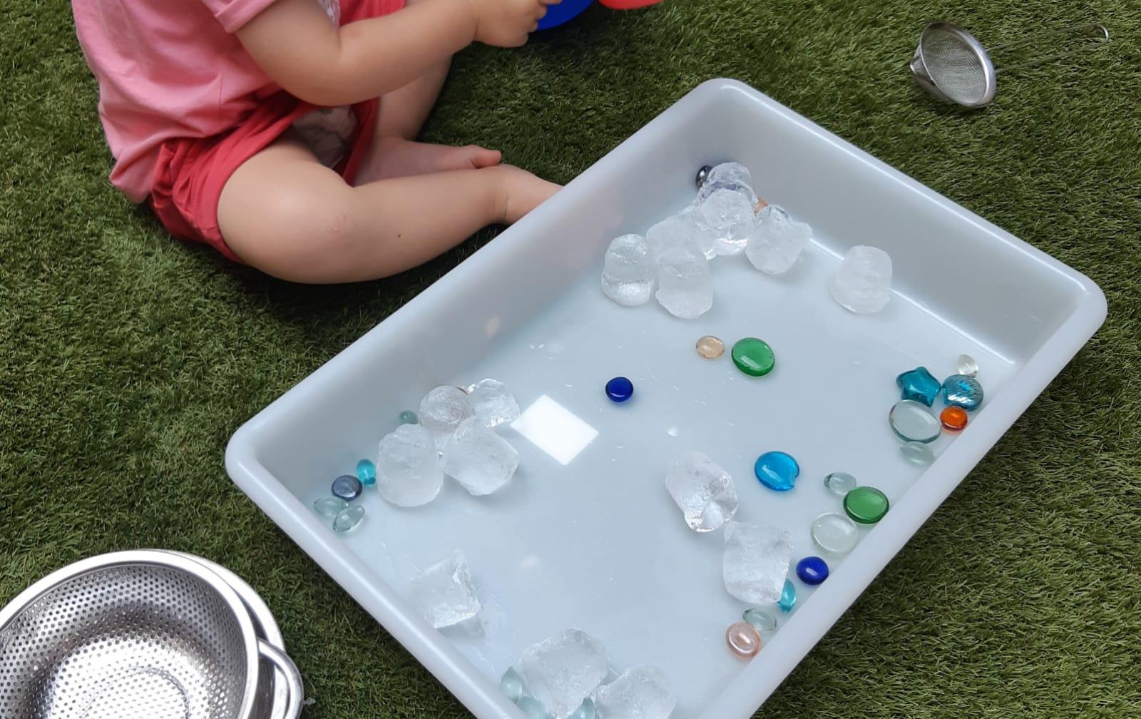 Infant jugant amb gel
