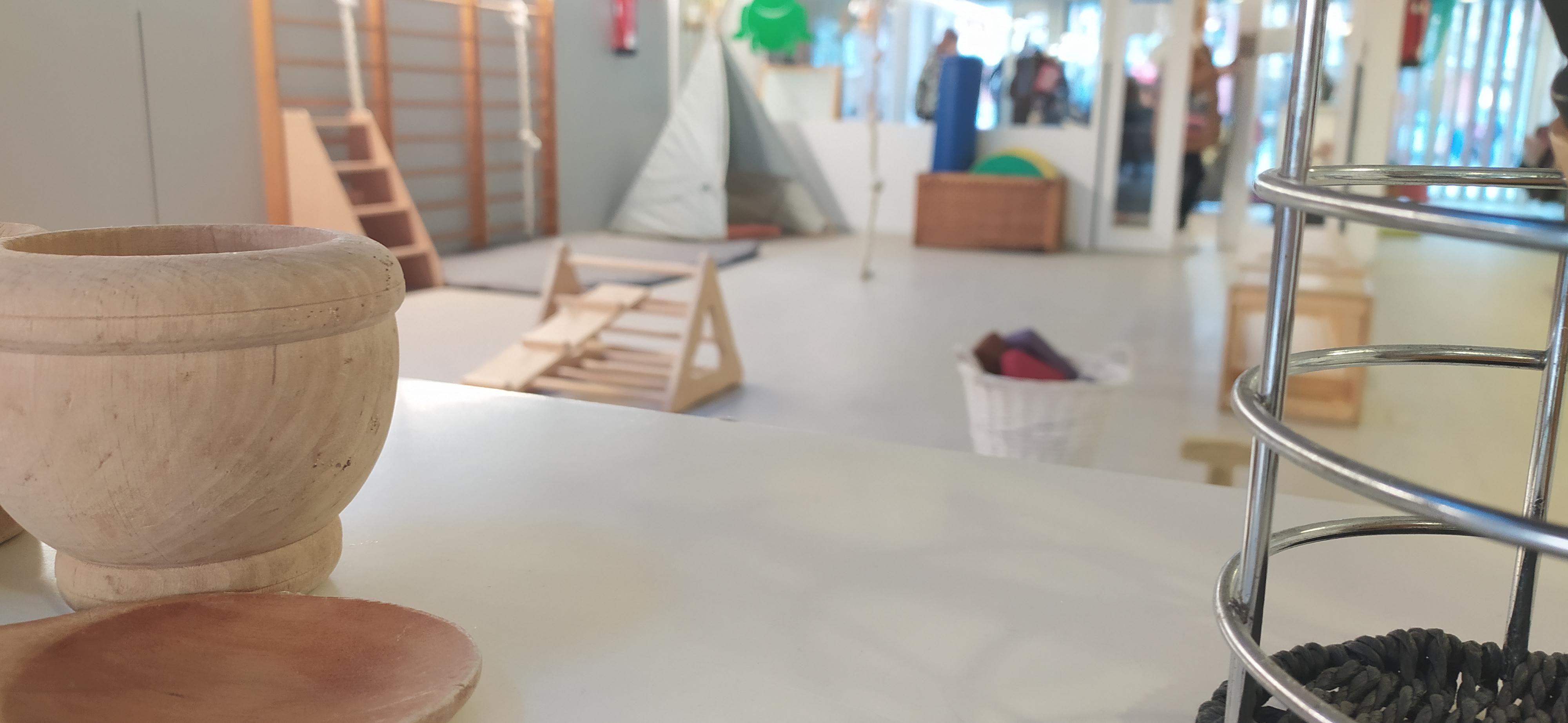 Sala d'usos múltiples amb diferents propostes de joc de moviment, tipi, material d'exploració...