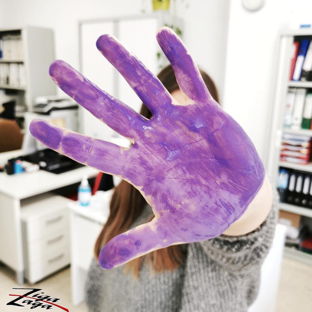 Mano lila de una trabajadora de Ziga Zaga por el 25N