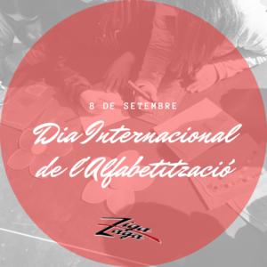 8 de setembre, Dia internacional de l'Alfabetització i logo de Ziga Zaga sobre cercle vermell semitransparent, sobre imatge en blanc i negre d'infants fent una activitat d'escriptura i dibuix